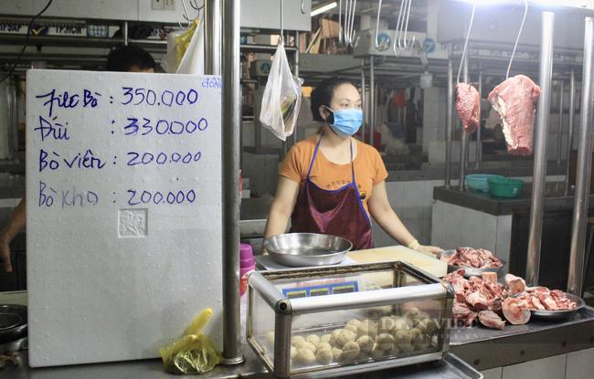 TP.HCM: Tiểu thương chợ treo bảng niêm yết giá y như siêu thị - Ảnh 1.
