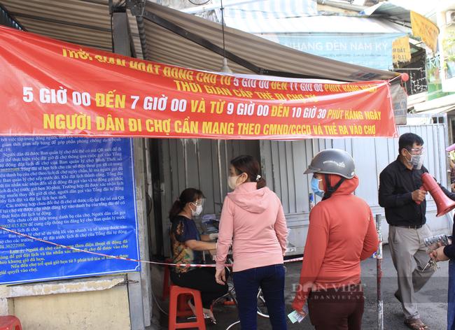 TP.HCM: Tiểu thương chợ treo bảng niêm yết giá y như siêu thị - Ảnh 10.