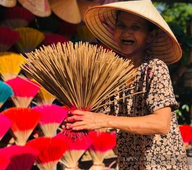Cụ bà gần 10 năm bán hương kiếm tiền giúp trẻ ung thư  - Ảnh 1.