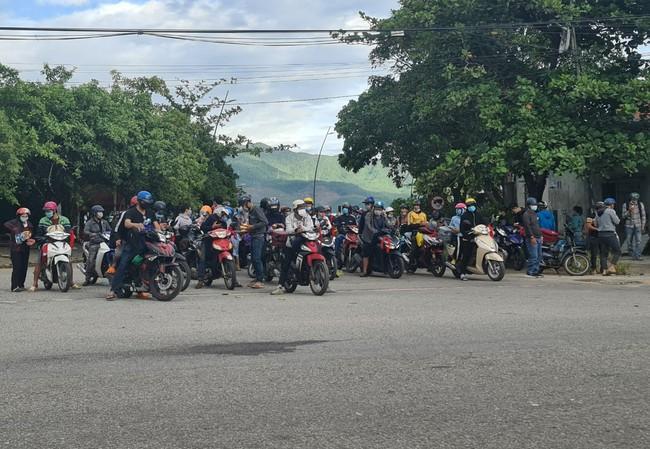 TT-Huế: Người từ miền Nam ùn ùn chạy xe máy về quê, phát hiện nhiều trường hợp mắc Covid-19  - Ảnh 2.