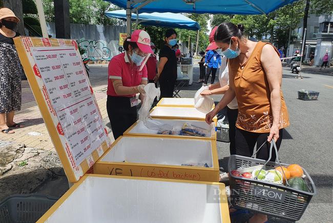 TP.HCM: Đóng cửa sớm, siêu thị tăng bán hàng lưu động để người dân dễ mua - Ảnh 1.