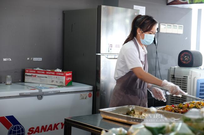 Gần 400 suất cơm gửi đến khu cách ly mỗi ngày: Các bạn đã làm rất tốt, bữa cơm nhỏ hãy để chúng tôi lo - Ảnh 6.