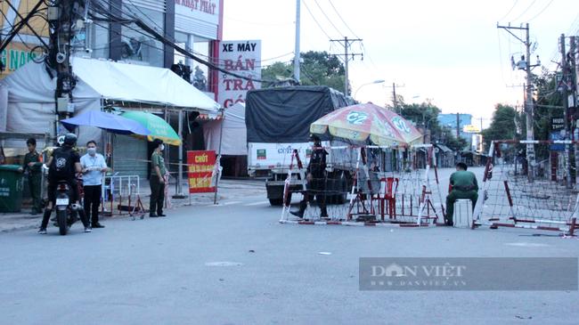 Chốt kiểm soát trên đường TL43 thuộc phường Bình Chiểu nối với địa bàn tỉnh Bình Dương vẫn hoạt động. Ảnh: Nguyên Vỹ