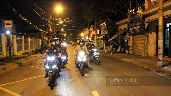 Công an và lược lượng chức năng phường Tam Bình đi tuần trên địa bàn phường. Ảnh: Nguyên Vỹ
