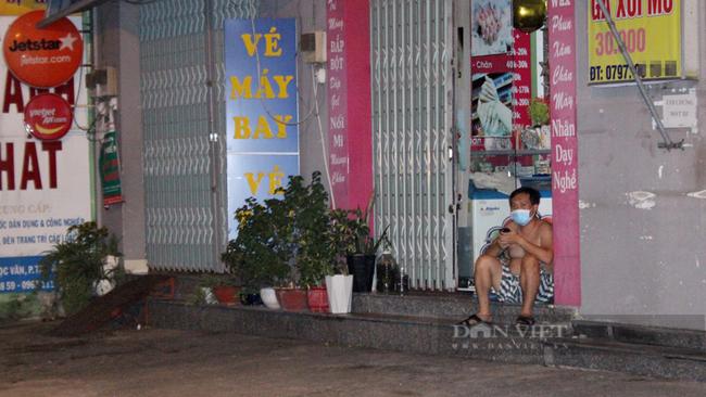 Người dân trên đường Tô Ngọc Vân, phường Tam Bình được nhắc nhở ngồi sát vào trong nhà thay vì ngồi ngoài vỉa hè. Ảnh: Nguyên Vỹ