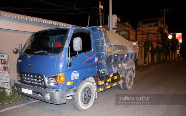 20 giờ 30, công an phát hiện một tài xế T.Đ.L, sinh năm 1984 lái xe tải chở cát xây dựng di chuyển tại khu phố 1, phường Hiệp Bình Phước. Ảnh: Nguyên Vỹ