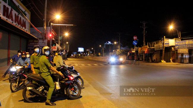 Công an phường Hiệp Bình Phước tuần tra trên đường Quốc lộ 13. Ảnh: Nguyên Vỹ