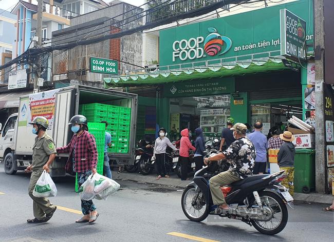 Khó mua thực phẩm, TP.HCM tăng giải pháp đảm bảo nhu cầu cho người dân - Ảnh 1.