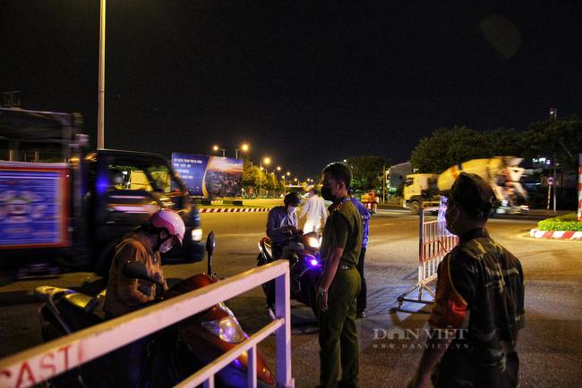 Ảnh: Nhiều người quay xe trong đêm đầu tiên Đà Nẵng giãn cách xã hội - Ảnh 1.