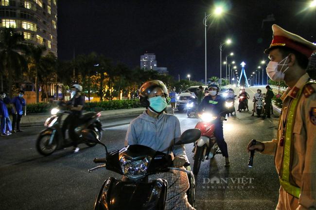 Ảnh: Nhiều người quay xe trong đêm đầu tiên Đà Nẵng giãn cách xã hội - Ảnh 4.