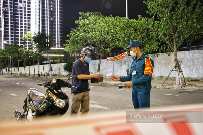 Ảnh: Nhiều người quay xe trong đêm đầu tiên Đà Nẵng giãn cách xã hội - Ảnh 2.