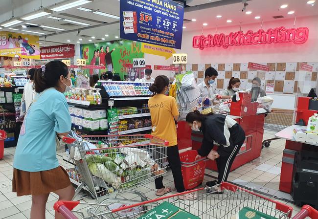 TP.HCM: Cuối tuần, giá rau hạ nhiệt, siêu thị đông, đứng cách nhau 1,5 mét - Ảnh 3.