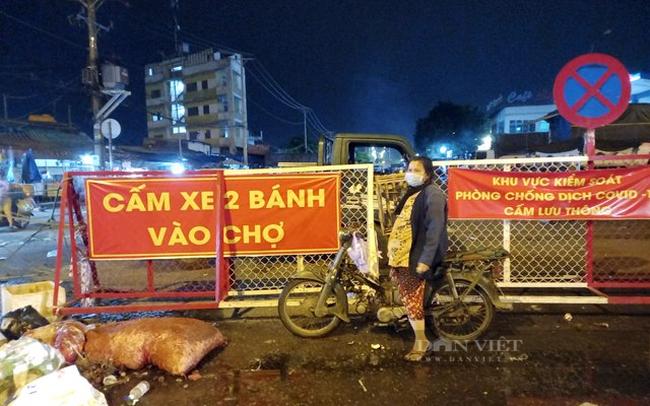Từ nhiều ngày trước, chợ Đầu mối nông sản Thủ Đức đã dựng chốt, cấm xe 2 bánh vào chợ.