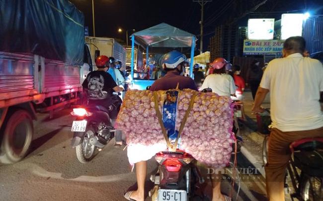 Lực lượng bảo vệ của chợ Đầu mối nông sản Thủ Đức cũng liên tục phát loa thông báo xe gắn máy phải tìm hướng đi khác vì không được phép vào chợ.