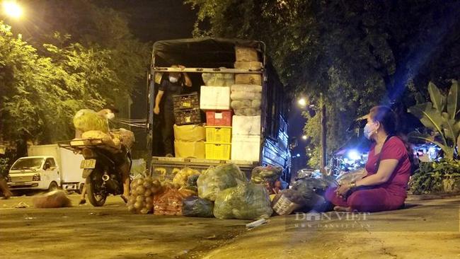 Khách ngồi chờ tập kết hàng hóa rau củ lên xe tải