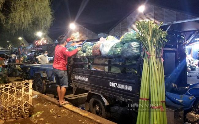 Một tài xế chuẩn bị chở hàng hóa rau quả từ chợ đầu mối Thủ Đức về nơi tiêu thụ.