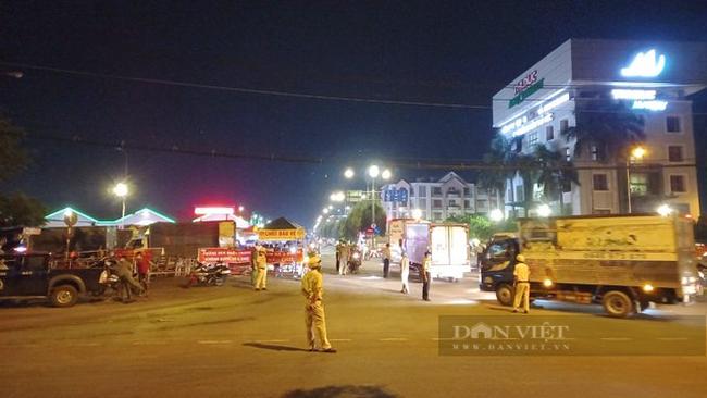 Lực lượng công an giao thông phải tham gia điều tiết giao thông tại khu vực này.