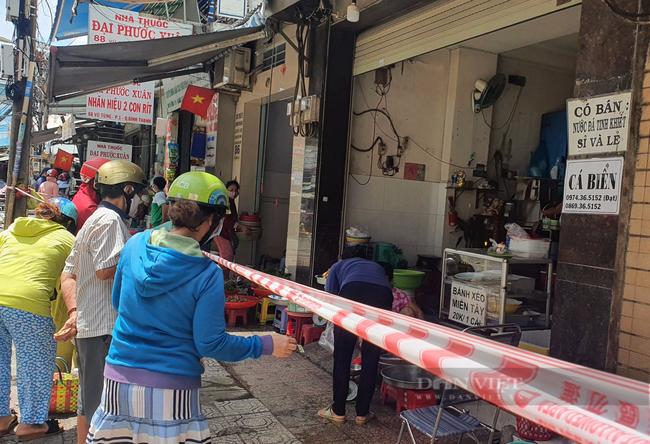 TP.HCM: Nhiều người đi chợ, xếp hàng dài chờ vào cửa hàng thực phẩm - Ảnh 3.