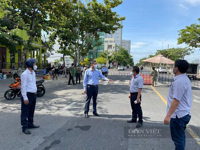 """Chủ tịch Đà Nẵng thị sát điểm nóng Covid-19: """"Cần hỗ trợ đặc biệt cho địa phương và người dân"""" - Ảnh 1."""