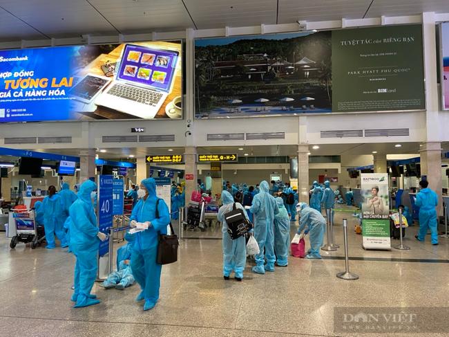 Chuyến bay nghĩa tình của ông Trần Công Cảnh giúp bà con nghèo về Quảng Nam  - Ảnh 1.