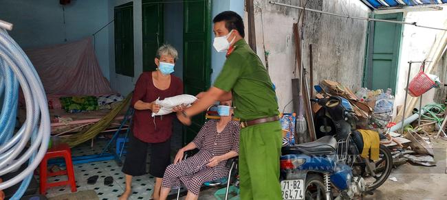Thượng úy công an trực chốt chống dịch Covid-19 xin từng ký gạo giúp người dân nghèo - Ảnh 3.