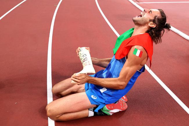 Hành động ăn mừng kỳ lạ của VĐV nhảy cao giành HCV Olympic 2020 - Ảnh 1.