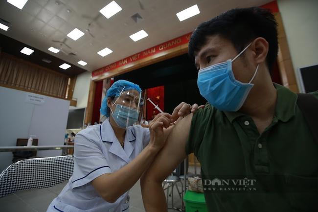 """Bộ Y tế chấn chỉnh hiện tượng người tiêm vắc xin Covid-19 """"bồi dưỡng"""" cho cơ sở tiêm - Ảnh 1."""