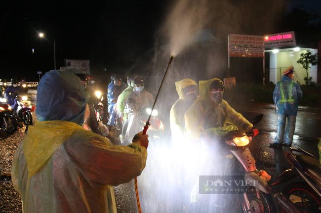 Hàng ngàn người đi xe máy về Tây Nguyên, dân đội mưa hỗ trợ - Ảnh 3.