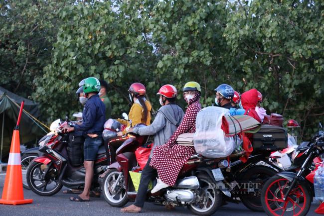 Nối lại hoạt động trung chuyển hầm Hải Vân, dòng người chạy xe máy về quê được thông đường  - Ảnh 1.