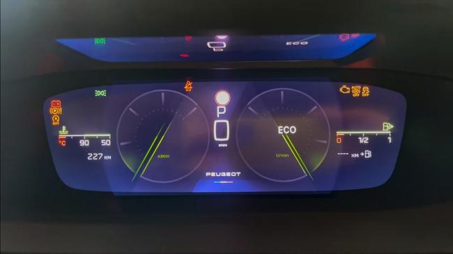 Nữ Youtuber xinh đẹp trải nghiệm Peugeot 308 2021, có gì đấu Kia Cerato, Mazda 3?