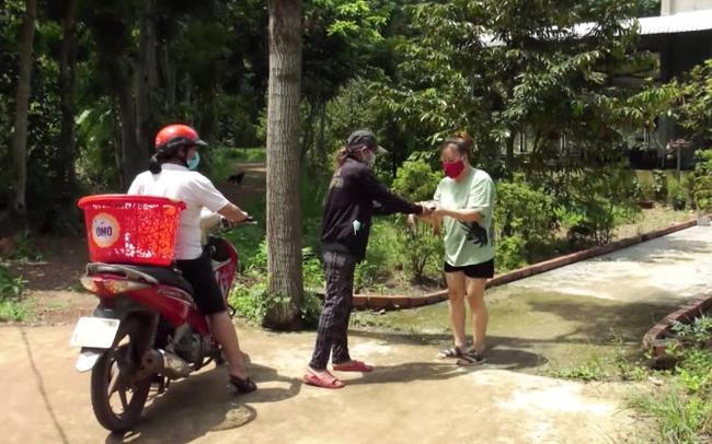 Gia đình ông Kiều nhờ người hỗ trợ gửi cá đến người dân trong ấp. Ảnh Trường Thịnh
