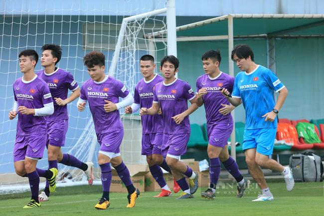 Văn Toàn và Tuấn Anh tập riêng trong buổi tập đầu tiên của đội tuyển - Ảnh 2.