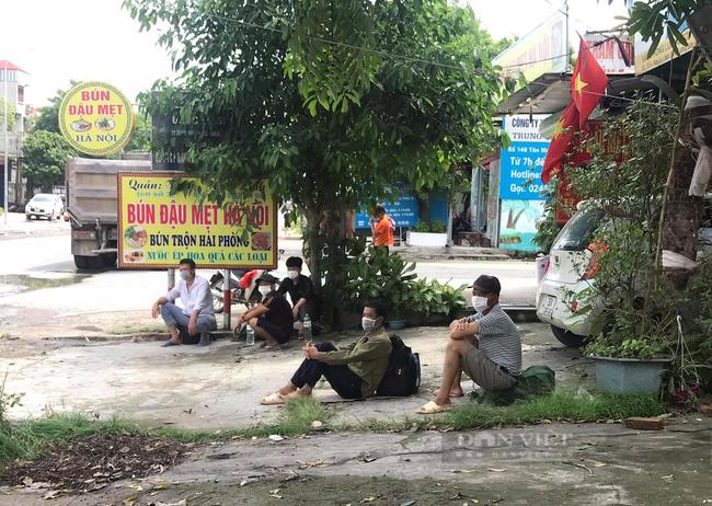 """Hà Nội: Tìm đường về quê, nhiều lao động """"mắc kẹt"""" ở cửa ngõ Thủ đô, chính quyền lo ăn ngủ - Ảnh 1."""
