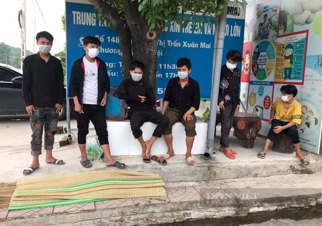"""Hà Nội: Tìm đường về quê, nhiều lao động """"mắc kẹt"""" ở cửa ngõ Thủ đô, chính quyền lo ăn ngủ - Ảnh 2."""