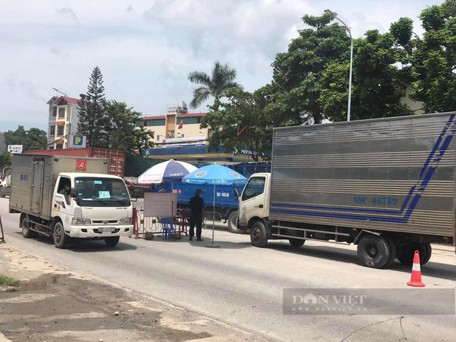"""Hà Nội: Tìm đường về quê, nhiều lao động """"mắc kẹt"""" ở cửa ngõ Thủ đô, chính quyền lo ăn ngủ - Ảnh 3."""