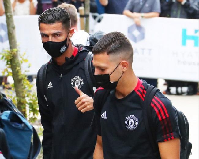 Chùm ảnh: Ronaldo ra mắt, M.U nhuộm đỏ thành Manchester - Ảnh 3.
