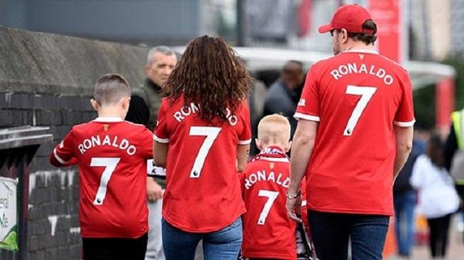 Chùm ảnh: Ronaldo ra mắt, M.U nhuộm đỏ thành Manchester - Ảnh 6.