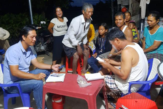 Ông Khanh (trái) trao đổi với người dân về dự án trồng ca cao. Ảnh: Nguyên Vỹ