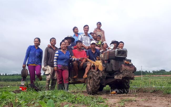 Ông Khanh và bà con nông dân xã Pờ Tó, huyện Ia Pa (Gia Lai) trên cánh đồng ca cao. Ảnh: Nguyên Vỹ