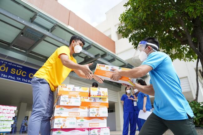 Vinamilk ủng hộ thêm 5 tỷ đồng sản phẩm và thiết bị y tế cho tuyến đầu chống dịch - Ảnh 2.