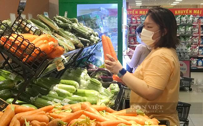 Người dân mua hàng tại Sài Gòn Co.op. Ảnh: Nguyên Vỹ