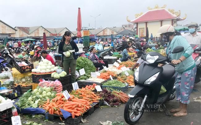 Người dân mua bán nông sản ở chợ đầu mối Thủ Đức trước khi đóng cửa phòng chống dịch. Ảnh: Nguyên Vỹ