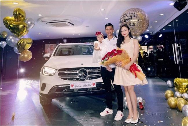 """Được về nhà, Phan Văn Đức mua """"xế hộp"""" hơn 2 tỷ đồng tặng vợ - Ảnh 1."""