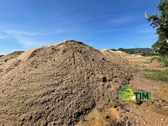 Quảng Ngãi: Bãi chứa trái phép cát khủng tồn tại như chốn không người ở Quốc lộ 24  - Ảnh 1.