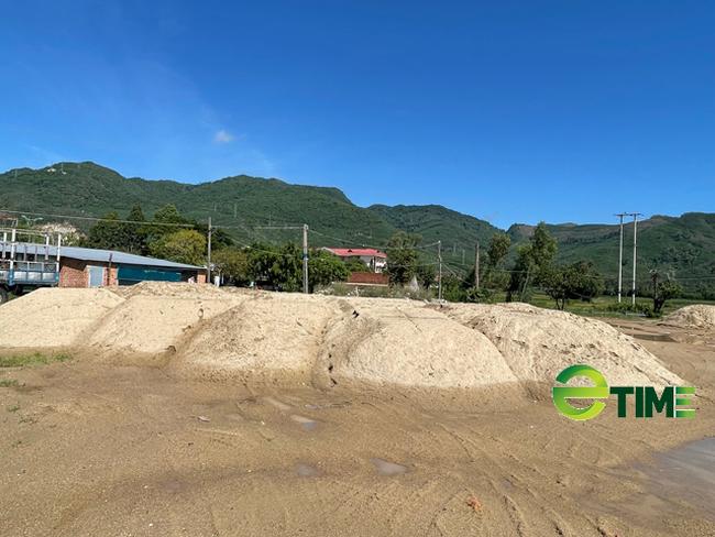 Quảng Ngãi: Bãi chứa trái phép cát khủng tồn tại như chốn không người ở Quốc lộ 24  - Ảnh 3.