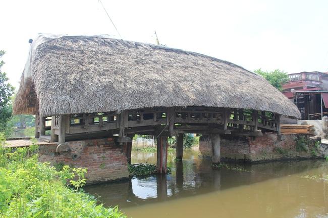 Thưởng lãm cầu lợp làng Kênh có tuổi thọ hàng trăm năm, 'độc nhất vô nhị' ở Việt Nam - Ảnh 1.