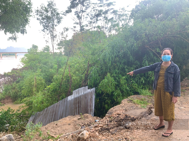 Quảng Bình: Mưa lớn nhiều ngày khiến bờ sông sạt lở ảnh hưởng tính mạng 5 hộ dân - Ảnh 1.