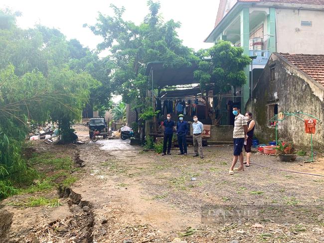 Quảng Bình: Mưa lớn nhiều ngày khiến bờ sông sạt lở ảnh hưởng tính mạng 5 hộ dân - Ảnh 3.