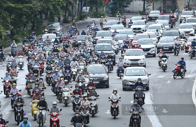 Hình ảnh một số tuyến đường ở Hà Nội đông đúc trở lại - Ảnh 1.