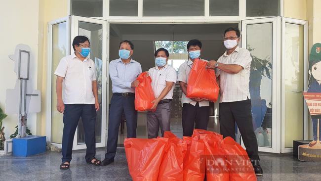 Đà Nẵng: Tặng 160 suất quà cho hội viên nông dân nghèo, khó khăn do ảnh hưởng của dịch bệnh Covid-19 - Ảnh 3.